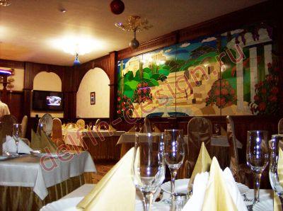 Интерьер кафе «Акрополь», г. Сургут. Натуральное дерево, резные элементы, стеклянные цветные витражи, деревянные стеновые панели